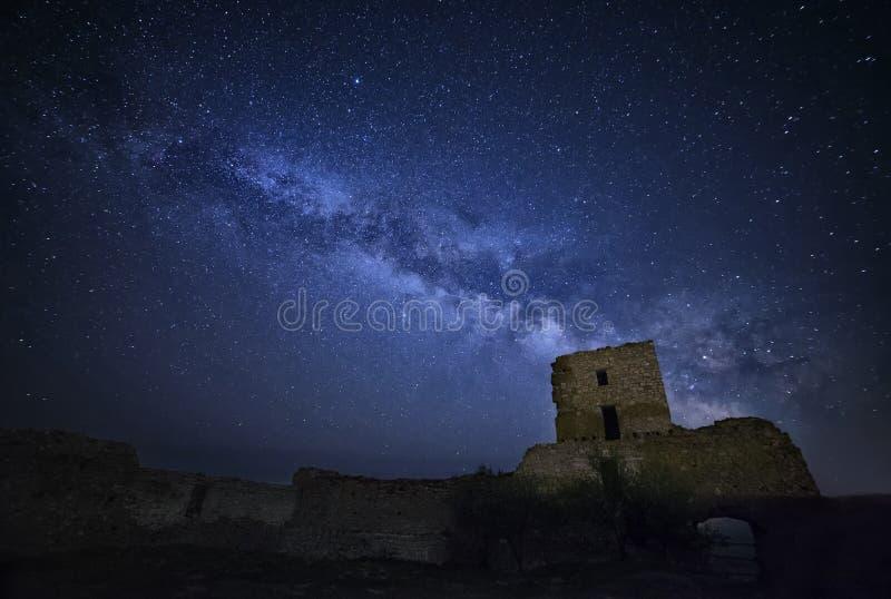 Galassia della Via Lattea sopra la cittadella di Enisala immagini stock libere da diritti
