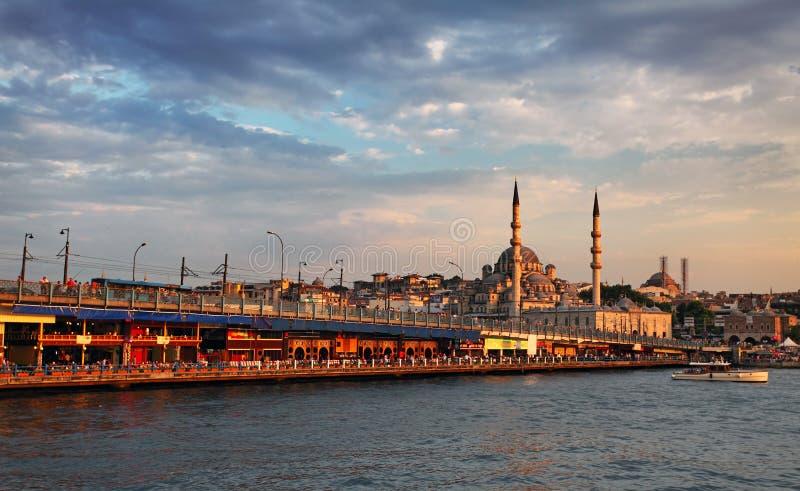 Galata Brücke und Moschee yeni camii stockfotos