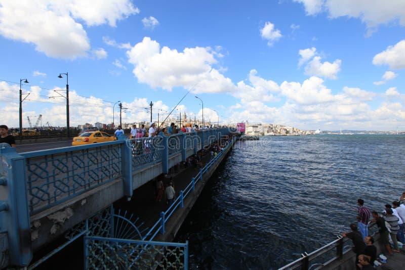 Galata bro och fiskare arkivbilder