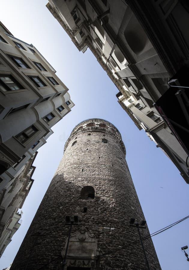 Galata-Turmnahaufnahme und -schie?en von der Unterseite Zutreffende Farben stockbild