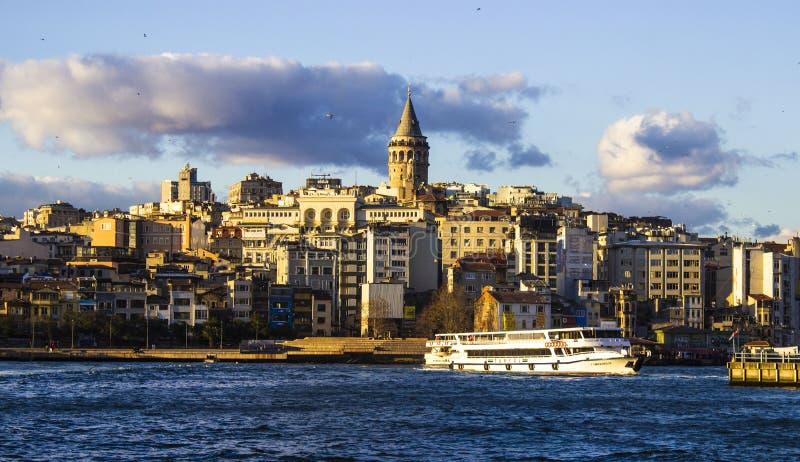 Galata wierza, Istanbuł Turcja Marzec 2019, niebieskie niebo i chmury, pejzaż miejski, wiosna czas fotografia royalty free