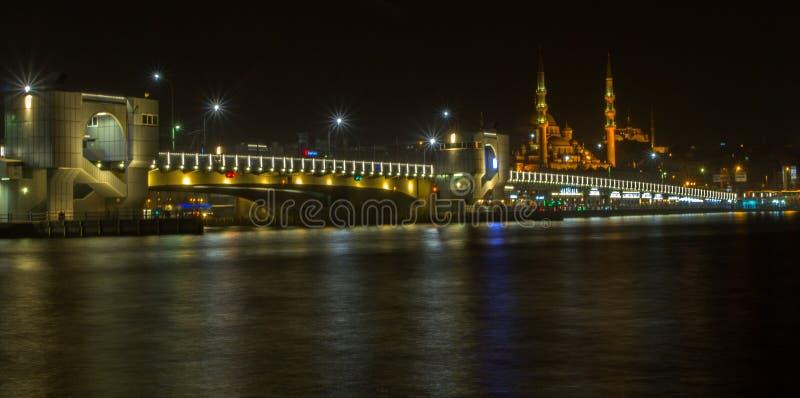 Galatabrug over Gouden Hoornbaai en Rustem Pasha Mosque nigh stock foto's