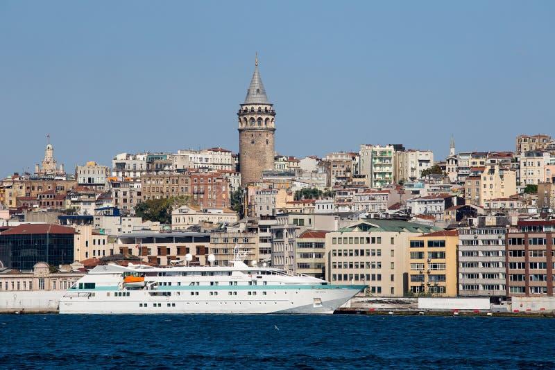 Galatatoren en baai van de water de Gouden Hoorn Istanboel, Turkije stock fotografie