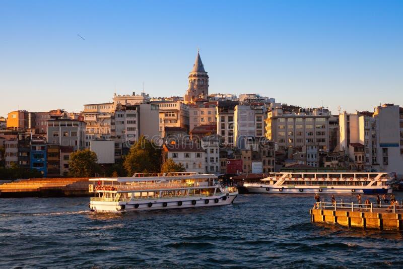 Galatatoren en Gouden Hoorn bij zonsondergang, Istanboel, Turkije stock foto