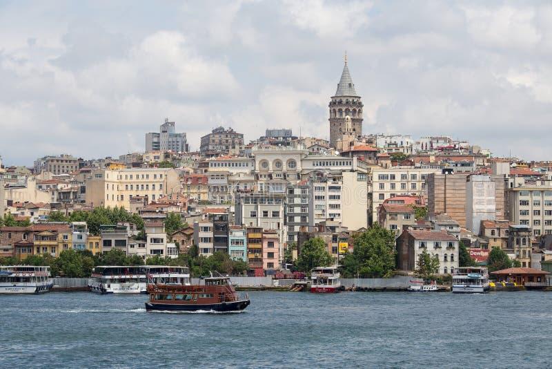Galatatoren en water Gouden Hoorn Istanboel, Turkije stock fotografie