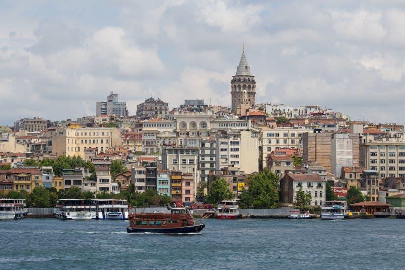 Galatatoren en water Gouden Hoorn Istanboel, Turkije royalty-vrije stock fotografie
