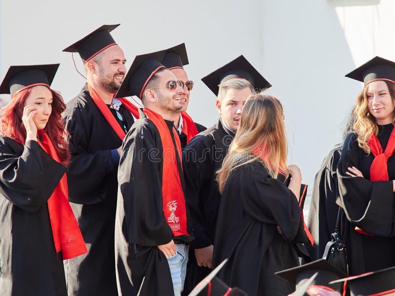 GALATI, ROEMENIË - JUNI 16, 2017 Mensen met universitaire diploma's bij Graduatieceremonie stock afbeelding