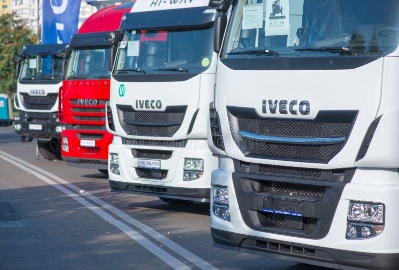 GALATI, ROEMENIË - SEPTEMBER 2, 2017 Het Teken van Iveco Stralis voor een vrachtwagen op een openluchttentoonstelling stock foto's
