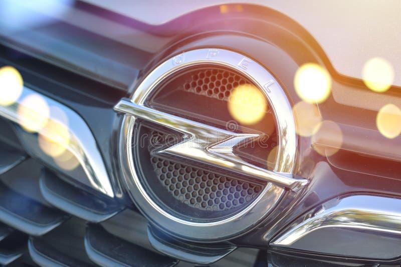 Galati, Romênia - 2 de setembro de 2017: Exposição dianteira do logotipo do carro de Opel imagens de stock