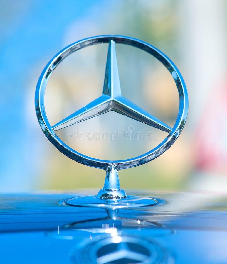 GALATI, ROMÊNIA SETEMBRO DE 2017: Fim do logotipo de Mercedes Benz acima em uma grade do carro Mercedes-Benz é um fabricante de a imagem de stock