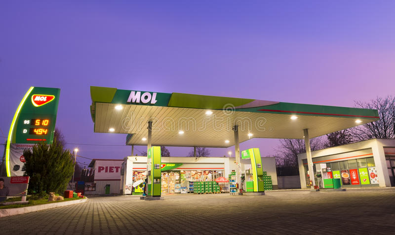 GALATI RUMÄNIEN - DECEMBER 14, 2015 MOL bensinstation MOL Group royaltyfri fotografi
