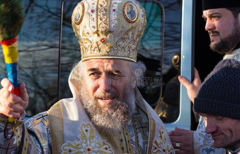 GALATI, RUMÄNIEN - JANUAR 06,2015: Casian Craciun seine Würde, Erzbischof von unterer Donau während der Offenbarung lizenzfreies stockbild