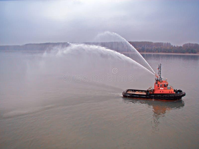 Galati Rumänien - November 12, 2017: Bogserbåtskyttel på Donauen royaltyfri fotografi