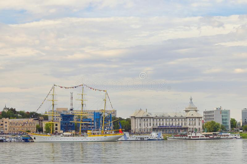 Galati, Rumänien - 17 september 2019 Brice Mircea Rumänska militärflottfartyg som är dockat i hamnkajen i Galati royaltyfria foton