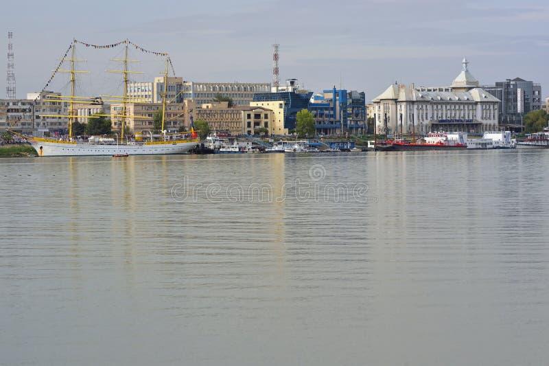 Galati, Rumänien - 17 september 2019 Brice Mircea Rumänska militärflottfartyg som är förtöjt vid Donaus flod royaltyfria bilder