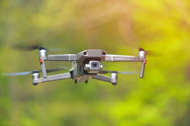 Galati, Rum?nien - 20. April 2019: Dji Mavic 2 Pro mit Hasselblad-Kamera, die innerhalb eines forrest im hellen Tageslicht schweb lizenzfreie stockfotos