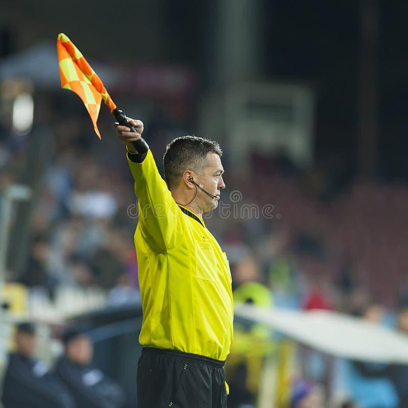 GALATI, RUMANIA - 5 DE MARZO: El árbitro desconocido del fútbol realiza el dur foto de archivo libre de regalías