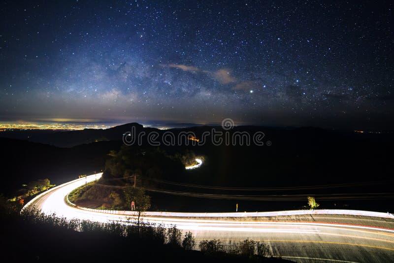 Galax för mjölkaktig väg med stjärnor och utrymmedamm i universumet och belysningen på vägen på Doi inthanon Chiang Mai, Thailand arkivbild