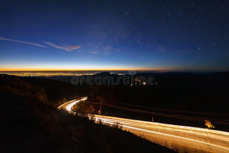 Galax för mjölkaktig väg med stjärnor och utrymmedamm i universumet och belysningen på vägen för morgon på Doi inthanon Chiang Ma royaltyfria foton