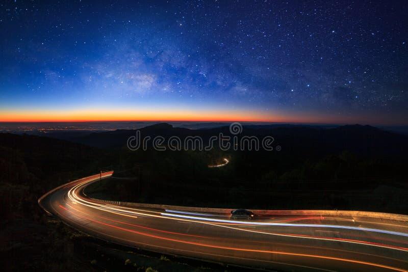 Galax för mjölkaktig väg med stjärnor och utrymmedamm i universumet och belysningen på vägen för morgon på Doi inthanon Chiang Ma arkivbild