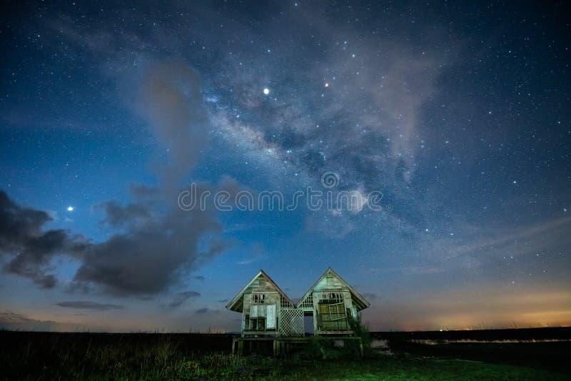 Galax för mjölkaktig väg med tvilling- hus på den Pakpra byn royaltyfria foton