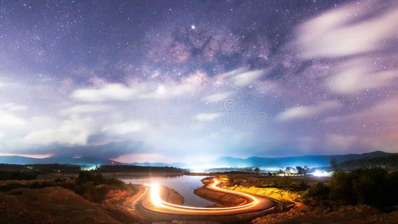 Galax för mjölkaktig väg med U-formvägen royaltyfri bild