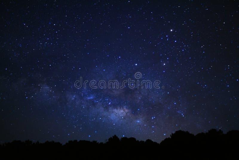 Galax för mjölkaktig väg på den Phu Hin Rong Kla nationalparken i Phitsanulok, Thailand royaltyfri foto