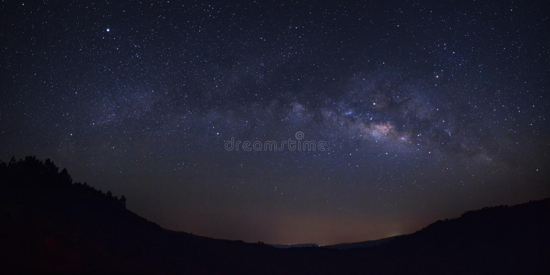 Galax för mjölkaktig väg för panorama över moutain på Phu Hin Rong Kla Natio arkivbilder