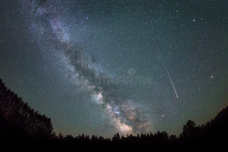 Galaxia de la estrella fugaz y de la vía láctea foto de archivo libre de regalías