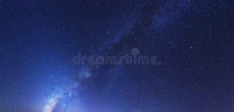 Galaxia de la vía láctea con las estrellas brillantes en fondo del cielo azul imagen de archivo libre de regalías