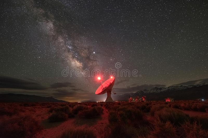 Galaxia de la vía láctea en el observatorio de radio del valle de Owens imágenes de archivo libres de regalías