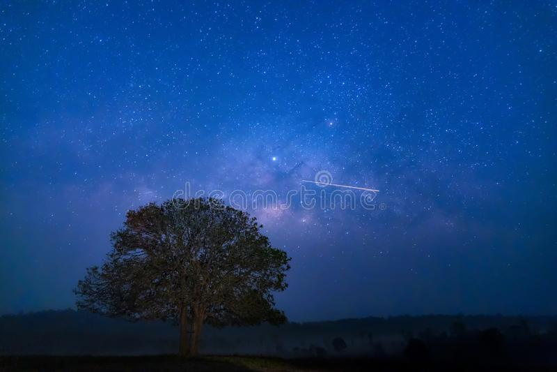 Galaxia de la vía láctea, fotografía larga de la exposición con el grano Estudio de la estrella y astronomía de la vía láctea en  imagenes de archivo