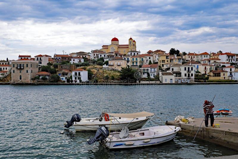 Galaxidi, Grecia, vista attraverso il porto esterno immagini stock libere da diritti