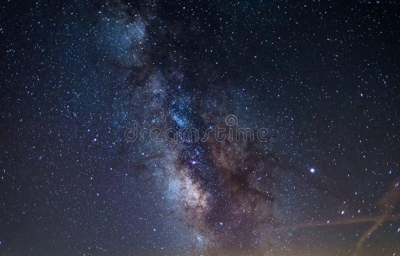 Galaxie à voie lactée et planète jupiter brillant dans un ciel étoilé brillant. Contexte de Noël, astronomie, regard d'étoi images stock