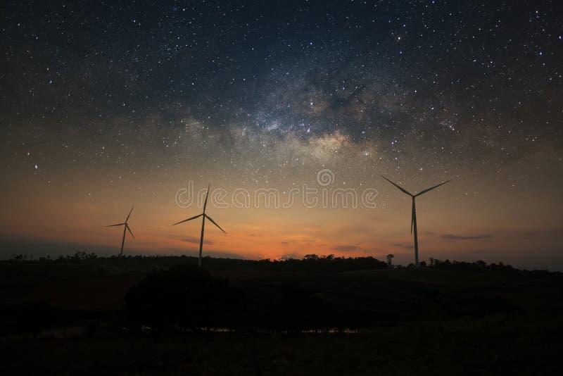 Galaxie de manière laiteuse au-dessus d'énergie propre de turbine de vent photographie stock