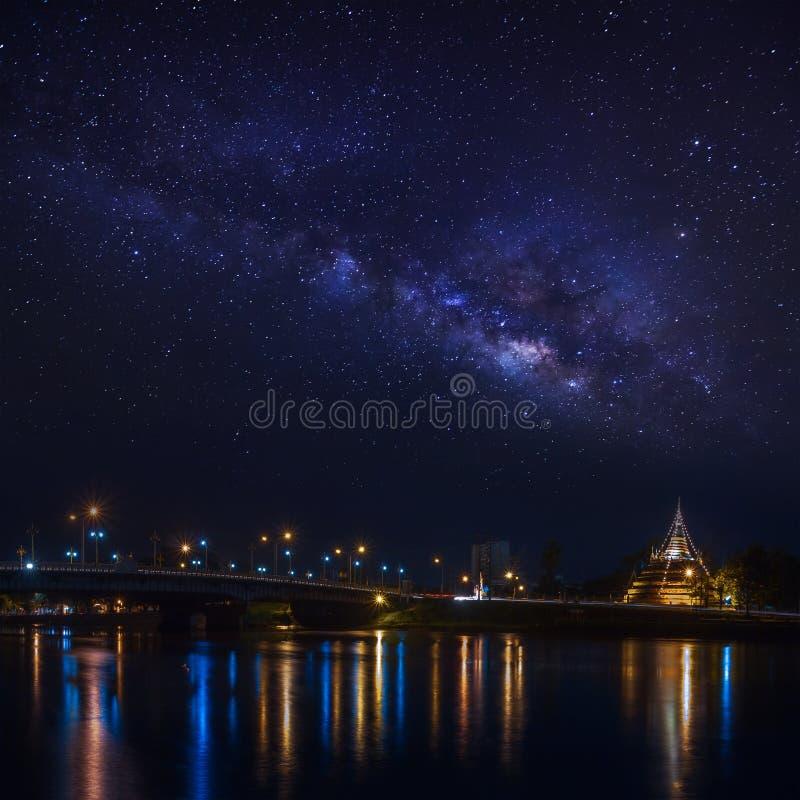 Galaxie de manière laiteuse au-dessus de pont et de temple image libre de droits