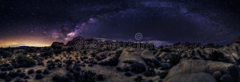 Galaxie de manière laiteuse au-dessus du désert photographie stock