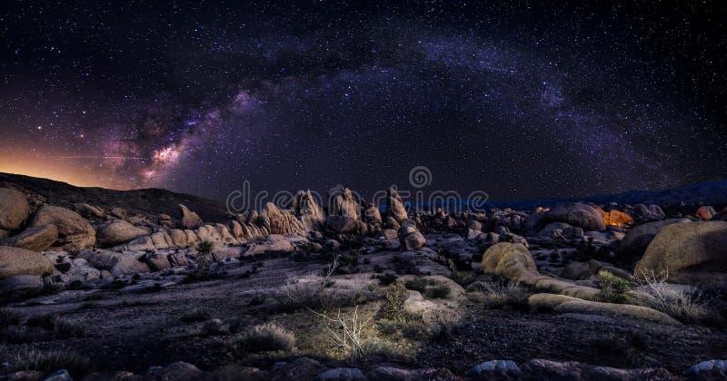 Galaxie de manière laiteuse au-dessus du désert image stock