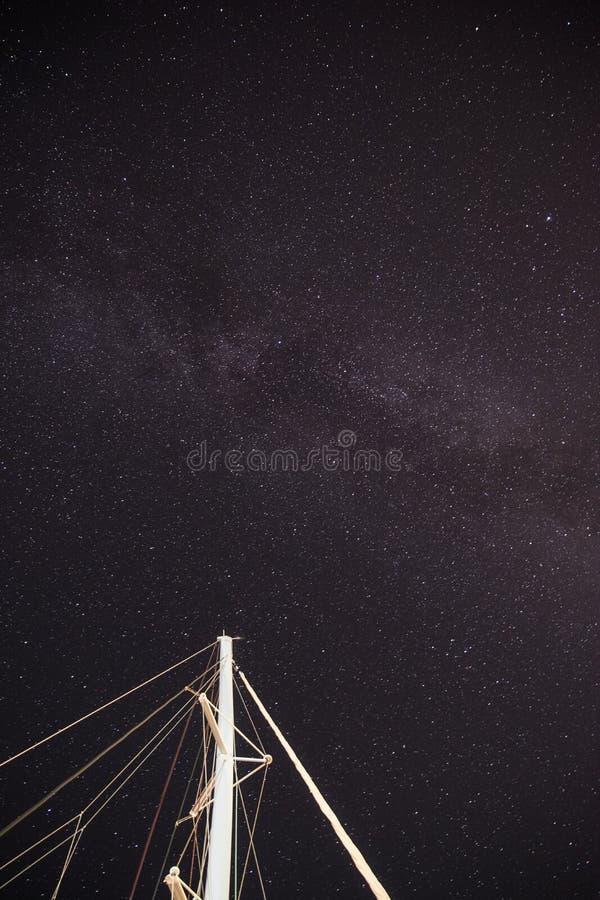 Galaxie de manière laiteuse dans Padi Beach Symi Greece photos libres de droits