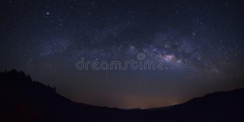 Galaxie de manière laiteuse de panorama au-dessus de moutain chez Phu Hin Rong Kla Natio images stock