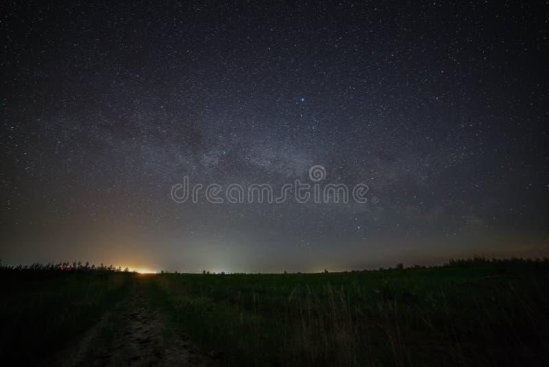 Galaxie la manière laiteuse dans le ciel nocturne avec des étoiles Route rurale à photo libre de droits