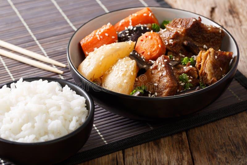 Galbi jjim eller Kalbi Jim - korean bräserade korta stöd för nötkött med ri royaltyfri bild