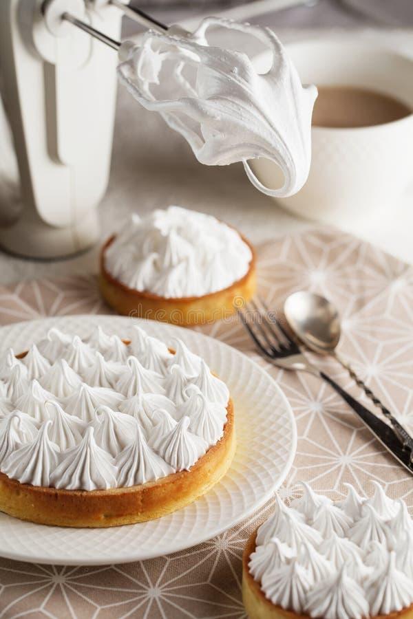 Galdéria branca recentemente feita bonita da merengue do limão na placa foto de stock royalty free