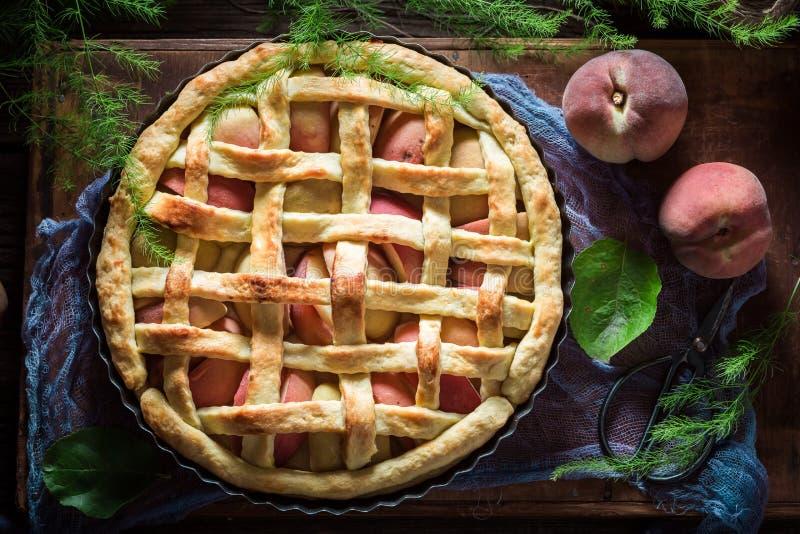 Galdéria caseiro e deliciosa com os pêssegos feitos de ingredientes frescos fotografia de stock