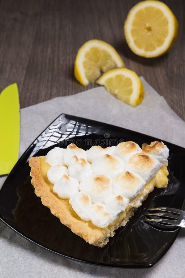 Galdéria com limão e uma merengue italiana macia fotos de stock royalty free