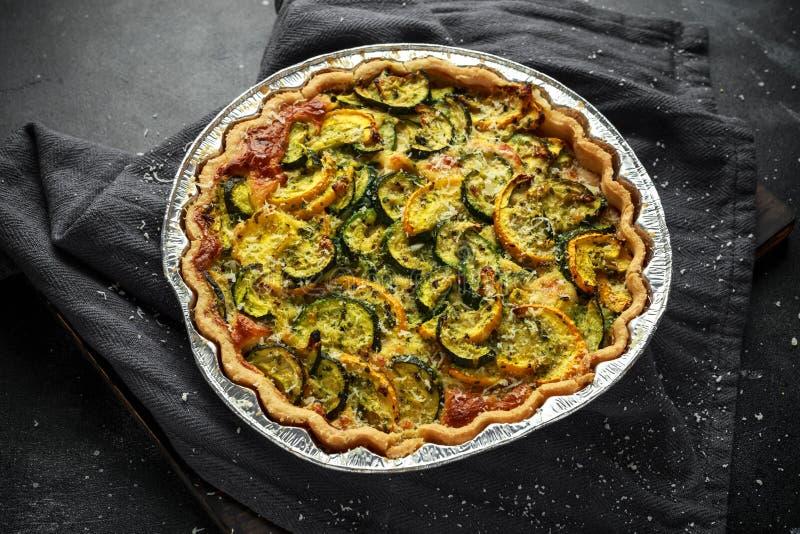 Galdéria do Courgette e do queijo do pecorino cozida recentemente imagens de stock