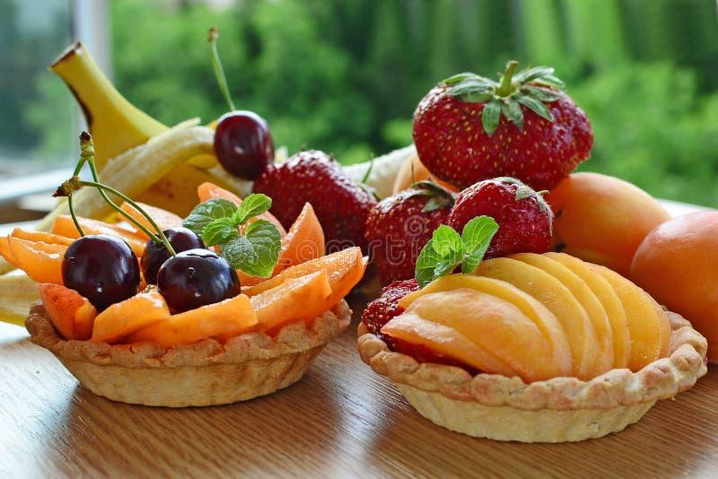 A galdéria do fruto, mini cestas encheu-se com os frutos frescos fotografia de stock royalty free