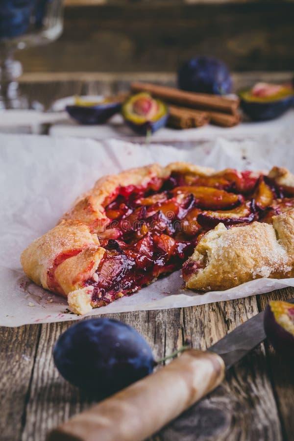 Galdéria rústica caseiro da ameixa, galette do fruto fotografia de stock