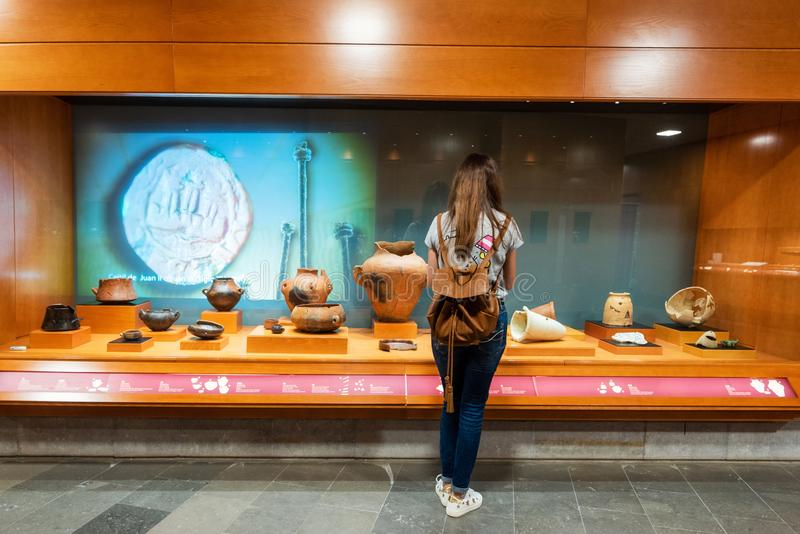 Galdar, Espagne - 2 mars 2019 : Femme admirant l'intérieur du musée et du parc archéologique, Cueva Pintada, dans Galdar photographie stock