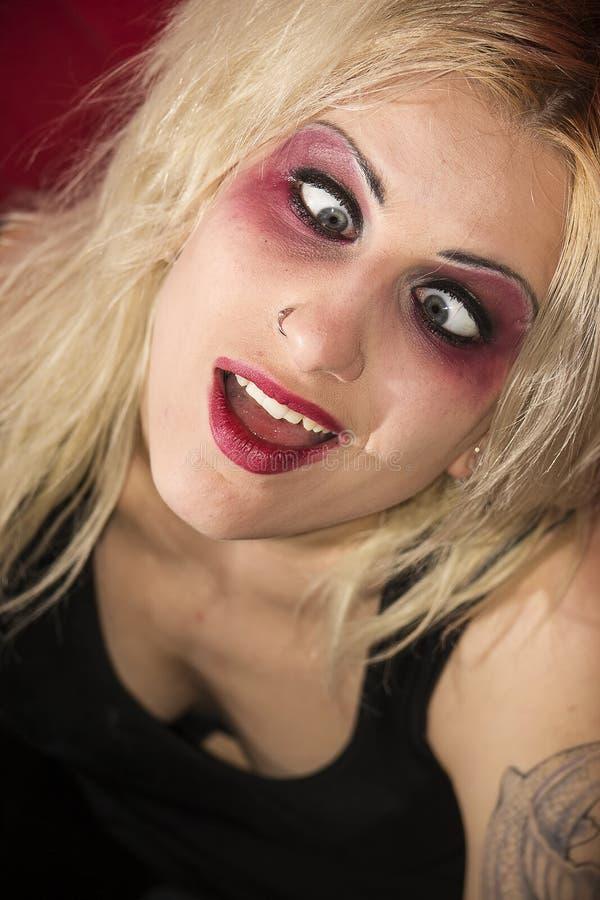Galen blond gothflickaselfie fotografering för bildbyråer